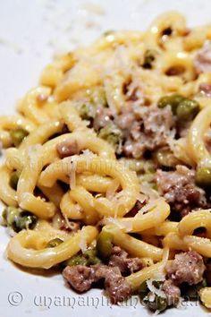 Gramigna con Salsiccia e Piselli - Recetas - Quinoa Recipes Italian Pasta, Italian Dishes, Italian Recipes, Chicken Wing Recipes, Pasta Recipes, Cooking Recipes, Spaghetti Soup, Clean Eating Snacks, Food And Drink