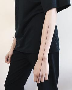 Simple arm tattoos are a great way to express yourself. It is a perfect choice for a first tattoo because it is easy to hide if needed. Discover the best arm tattoo ideas here. Line Tattoo Arm, Straight Line Tattoo, Tattoo Band, Shape Tattoo, Neue Tattoos, Body Art Tattoos, Hand Tattoos, Sleeve Tattoos, Cool Tattoos