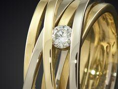 Wikkelring van wit- en geelgoud met diamant handgemaakt Goudsmid Marijke Mul