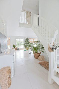 Białe schody wewnętrzne w skandynawskiej aranżacji