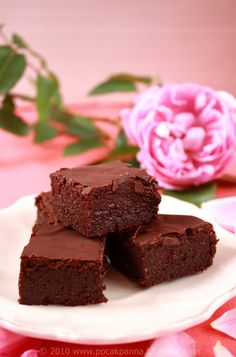Chewy Chocolate Paleo Brownies | by Paleoliscious | Ingredients: 100g chocolate, 100g almond butter, 80g almond meal/flour, 4 tbsp Dutch cocoa powder, 2 eggs, 1 tbsp vanilla extract  3 tbsp honey, topping: 50g high quality chocolate or raspberry marmalade with no added sugar