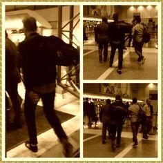Robert Pattinson  No Aeroporto de Los Angeles A Ca...  Na noite desta quarta-feira, 15 de maio, Robert Pattinson foi fotografado por uma fã ( Rachel Clarke @RClarke423) embarcando no Aeroporto Lax a caminho de Cannes. O ator retorna ao Festival de Cannes na competição oficial como protagonista de Maps to the Stars, novamente dirigido por David Cronenberg, e também encabeça o elenco do suspense pós-apocalíptico The Rover, ao lado de Guy Pearce, que vai rolar na Sessão da Meia-Noite.
