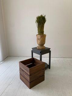 サイドテーブルとプランターのコラボアイテムです。  普段はプランターとして、ちょっとテーブルが必要なときには、カバーを外してサイドテーブルとして。  カバーは独立してプランターにもなります。 Planter Pots, Table, Furniture, Home Decor, Decoration Home, Room Decor, Tables, Home Furnishings, Home Interior Design