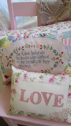 I love Words. - Pillows Case - Ideas of Pillows Case - by Lily Cottage- inspiration Craft Projects, Sewing Projects, Projects To Try, Sewing Pillows, Quilted Pillow, Embroidered Pillows, Patchwork Pillow, Soft Furnishings, Pin Cushions