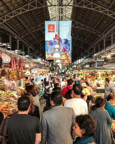 Mercado de #LaBoqueria Parte V . El interior esto es La Boqueria un bullicio de gente a todas horas . #SeriesMJ