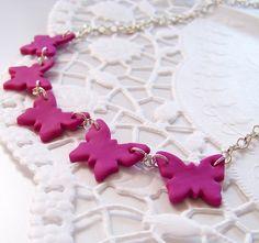 Butterfly - náhrdelník Barva: Růžová-fiaová Délka: 48cm Řetízek má velká očka takže si délku upravíte podle sebe.