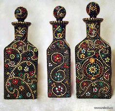 puntillismo, dot art point to point bottle art Wine Bottle Art, Painted Wine Bottles, Diy Bottle, Wine Bottle Crafts, Jar Crafts, Decorated Bottles, Bottle Lamps, Dot Art Painting, Mandala Painting