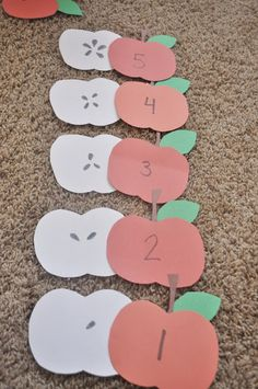 Apple Number Matching Game - great way to encourage learning & healthy eating September Preschool, Fall Preschool, Preschool Themes, Preschool Lessons, Preschool Learning, Kindergarten Classroom, Learning Activities, Preschool Activities, Preschool Cubbies