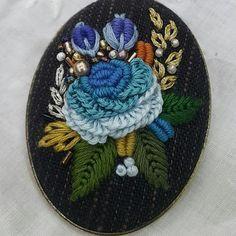 #창작디자인 #프랑스자수 #입체자수 #자수소품 #자수브로치 #꼼지락chloe #바느질재미 #바느질이야기하랑 French Knot Embroidery, Beaded Embroidery, Embroidered Roses, Elsa, Knit Crochet, Coin Purse, Miniatures, Brooch, Button