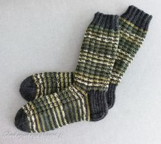 Minulla oli kerä vihreää seiskaveikka Polkka -lankaa ja tilaus miesten sukista. Yksistään kirjavasta langasta neulominen ei oikein houkut... Knitting Socks, Fingerless Gloves, Arm Warmers, Mittens, Knit Crochet, Slippers, Footwear, Chart, Diy
