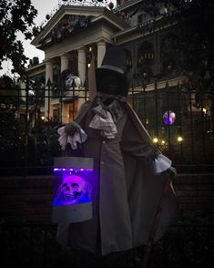 Halloween is coming. Haunted Mansion Disney, Haunted Mansion Halloween, Halloween Alice In Wonderland, Wonderland Costumes, Halloween Coffin, Disney Halloween, Halloween Crafts, Dark Disney, Disney Art