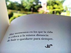 ... Hay momentos en los que la vida te coloca a la misma distancia de huir o quedarte para siempre.