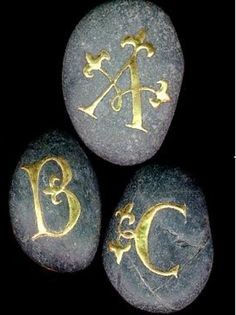 ✍ Sensual Calligraphy Scripts ✍ initials, typography styles and calligraphic art - Illuminated letters on stones - Raised gold (gesso) on river pebbles. Pebble Painting, Pebble Art, Stone Painting, Rock Painting, Stone Crafts, Rock Crafts, Dremel, Art Pierre, Illuminated Letters