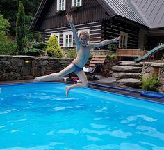 Skvělá dovolená na vás čeká v Krkonoších ve stylové chalupě, která je moderně vybavena a kromě bazénu ji nechybí ani sauna nebo vlastní bar s výčepem. Bar, Outdoor Decor
