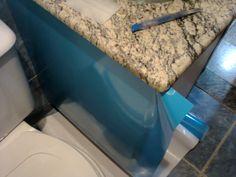 Envelopamento adesivo  para armario planejado de banheiro em MDF na cor azul céu.