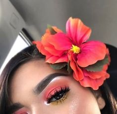 Summers in Maui: this tropical makeup look has hues of pink and red with thick falsies and highlighted inner corners. A perfect makeup look for summer. Cute Makeup, Glam Makeup, Makeup Inspo, Makeup Art, Makeup Inspiration, Beauty Makeup, Coral Eye Makeup, Coral Eyeshadow, Makeup Ideas