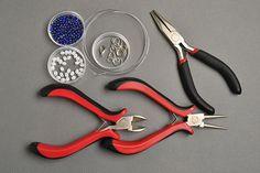 Materiály a nástroje potrebné na to, aby ste si vyrobili tento náramok: