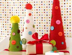 Drei Weihnachtsbäume aus Bindfaden und Knöpfen