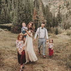 Family Picture Poses, Family Picture Outfits, Family Photo Sessions, Family Posing, Winter Family Photography, Winter Family Photos, Outdoor Family Photos, Casual Family Photos, Rustic Family Pictures