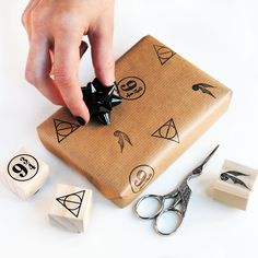New rubber stamp set inspired by Harry Potter that includes: Deathly Hallows stamp, Golden Snitch, Platform 9 3/4 and mini VersaCraft Ink Pad. An original idea for your Christmas wrappings. #brithday #harrypotterparty #harrypotter  #cardmakingstationery #deathlyhallows #diyset