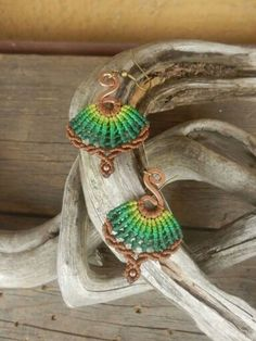 Green macrame earrings (source wanted) Macrame Earrings, Macrame Jewelry, Macrame Bracelets, Bohemian Jewelry, Crochet Earrings, Micro Macramé, Diy Jewelry Tutorials, Jewelry Crafts, Collar Macrame