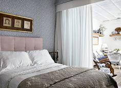 Quarto: confortável, tem papel de parede com estampa floral e cabeceira forrada de ultrassuede, comprados na Espaço Multi. Enxoval branco da...