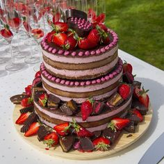 THE WEDDING CAKE !! It was mainly raw, 100% vegan, organic, gluten-free, refined sugar-free and superduper-delicious! It was a three tiered strawberry-chocolate mousse cake, with dark chocolate-fudge layers, topped with pink-white chocolate buds, raw chocolate cups filled with peanut butter and raspberry-coconut and some juicy fresh strawberries. Handmade with love by yours truly. Ohhhw how I wish I still got a piece left ❤️
