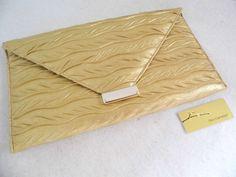 Referência: Flor Adelfa Tamanho: 29cm x 16,5cm Bolsa carteira - couro ecológico dourado.