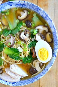 Ramen with Shitake and Chicken Japanese noodle bowls are an inexpensive and healthy way to eat, plus, they look gorgeous!Japanese noodle bowls are an inexpensive and healthy way to eat, plus, they look gorgeous! I Love Food, Good Food, Yummy Food, Sopas Light, Tasty Noodles Recipe, Soup Recipes, Cooking Recipes, Noodle Recipes, Asian Recipes