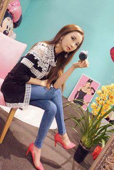 Today's Hot Pick :◆时尚潮流◆撞色镂空提花长款外套 http://fashionstylep.com/P0000KGR/marlangrouge/out 设计理念——采用独特的镂空设计,搭配现代感极佳的图形与优雅唯美的提花工艺, 以撞色的方式呈现出来,瞬间让您成为人群中的焦点~ 推荐理由——可爱的花朵提花设计,在镂空中显得更加鲜活,唯美而动人~,门襟运 用了现代感极佳的菱形镂空设计,加上整齐的线条,给视觉上带来一种非常享受的感 觉,心动不如行动,把这季最流行的时尚单品带回家吧~ 搭配建议——内搭一件类似拼接修身T恤,一条修身牛仔裤,一双尖头高跟鞋,超赞~ -外套- -镂空提花- -撞色- -优雅潮流-