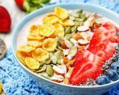 Smoothie bowl fraises, pomme, myrtilles, noisettes, graines de courge, graine de pavot et céréales corn-flakes