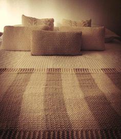 Manta de algodon tejida a dos agujas. Colores: Natural y Tostado Medida: 1,80 x 0,80 http://tapamemucho.tiendanube.com/mantas/manta-stripes/
