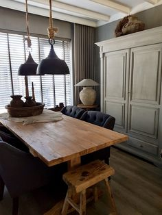 De warme kleur hout geeft zoveel sfeer Interior Styling, Interior Decorating, Interior Design, Refinished Chairs, Country Interior, Living Styles, Farmhouse Table, New Room, Dining Furniture