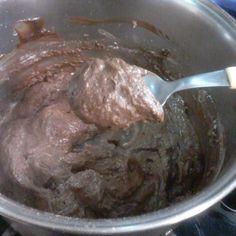 Brigadeiroangelitark  Ingredientes: 1 pudim zero chocolate (o pó) 200 ml de água 10 colheres de leite em pó desnatado 2 colheres de adoçante em pó 3 colheres de achocolatado diet(Gold) 1 colher de requeijão zero Modo de fazer: Numa panela misture o pó do pudim com a água e mexa até engrossar e desligue o fogo! Deixe esfriar um pouco e acrescente o leite em pó,adoçante,achocolatado e o requeijão! Ligue o fogo e misture tudo até soltar da panela! Para o ponto de enrolar,deixe esfriar na…