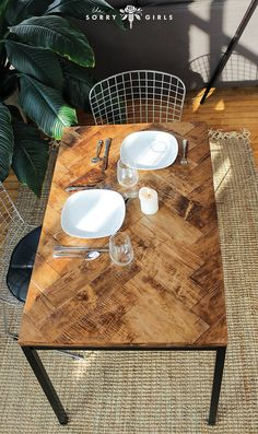 We LOVE this DIY herringbone table! Click through for more info! Follow for more DIY!