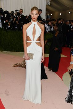 Why bring two dresses to the Met Gala when one is more than enough? Check out the quick alteration the model had done to this one for the perfect after party look.