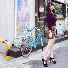 Bike + high heels... hmm... probably not her bike haha! But lovely bicycle and charming girl. ^^