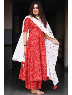 6 easy weekend outfits that still look chic Kurta Designs Women, Salwar Designs, Dress Indian Style, Indian Dresses, Pakistani Outfits, Indian Outfits, Bandhani Dress, Kurti Designs Party Wear, Indian Designer Outfits