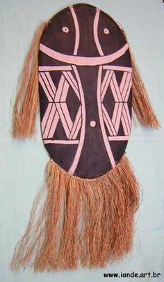 Máscara representando o espírito Quapan. Material: madeira e fibras de buriti. Feito por índios: Mehinaku. Local: Parque do Xingu, estado do Mato Grosso, Brasil.