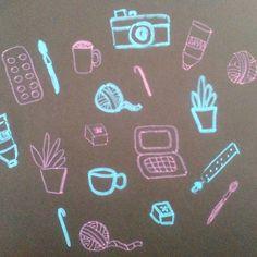 #kreatywnewyzwanie z @zenjablog punkt 8. na biurku Ogólnie mogłabym ująć to jednym słowem: bałagan  W zasadzie nie mam typowego biurka. Zamiast tego mam prosty kwadratowy stolik i wysunięty pod niego samodzielnie zrobiony niższy stolik z półką  #biurko #desk #doodles #drawing #drawingchallenge #handletteringchallenge #chalk #chalkmarker #yarn #cup
