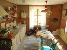 ベルイさんのキッチンです。実際北欧のおばあちゃんのお家を除いたらこんな感じなのかな〜と思ってしまいます。椅子やテーブル、お鍋やピッチャー、どこをみても素朴だけれど、とっても絵になります。