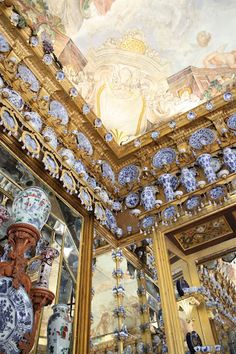 Chinoiserie Chic: Blue and White Chinese Porcelain Chinoiserie Chic: Chinesisches Porzellan in Blau und Weiß Go Big Blue, Love Blue, Blue And White China, Blue China, Chinoiserie Chic, Palace Interior, Chinese Ceramics, Through The Looking Glass, White Decor