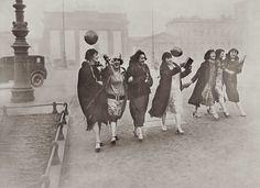 Heimkehr vom Ball im Morgengrauen - Anonym - Bilder, Fotografie, Foto Kunst online bei LUMAS