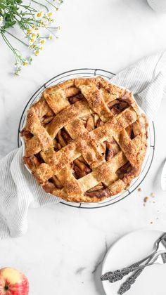 Apple Pie recette dessert ⊙ this classic apple pie recipe is your new go-to. No soupy center, no crumbly crust, just a solid slice of apple pie that you can sink your fork into! Apple Pie Recipes, Tart Recipes, Baking Recipes, Dessert Recipes, Apple Pies, Yummy Recipes, Desserts, Yummy Food, Sweet Pie