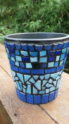 Blue mosaic pot Mosaic Tile Art, Mosaic Artwork, Pebble Mosaic, Blue Mosaic, Mosaic Diy, Mosaic Crafts, Mosaic Projects, Mosaic Glass, Mosaic Planters