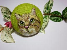 猫の刺繍のブローチ hand-embroidered kitty brooch