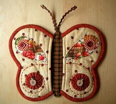 patchwork pot holder or mug rug Cute Butterfly, Butterfly Wings, Butterfly Pattern, Potholder Patterns, Quilt Patterns, Borboleta Diy, Quilting Projects, Sewing Projects, Fabric Crafts