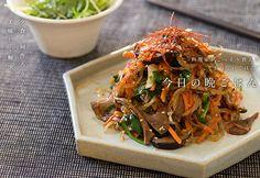 野菜のチャプチェのレシピ。お肉の代わりに、野菜をたっぷり入れて、食材の歯応えと旨味で大満足できるひと皿。どんこを使えば美味しさがぐんとアップする。
