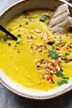 Goldene Kokos-Linsensuppe. Dieses einfache 30-Minuten Rezept ist gesund und SO lecker - Kochkarussell.com #soup #suppe #vegan #food