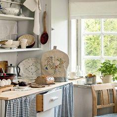 Denne koselige kjøkkenkroken er fra en husmannsplass som brukes som hytte. Hele reportasjen, som er laget av Helge Eek og stylist Kristin Langebraaten, finner du i Lev Landlig utg. 8 som er i salg fra i morgen. #levlandlig #landlig #landligkjøkken #husmannsplass
